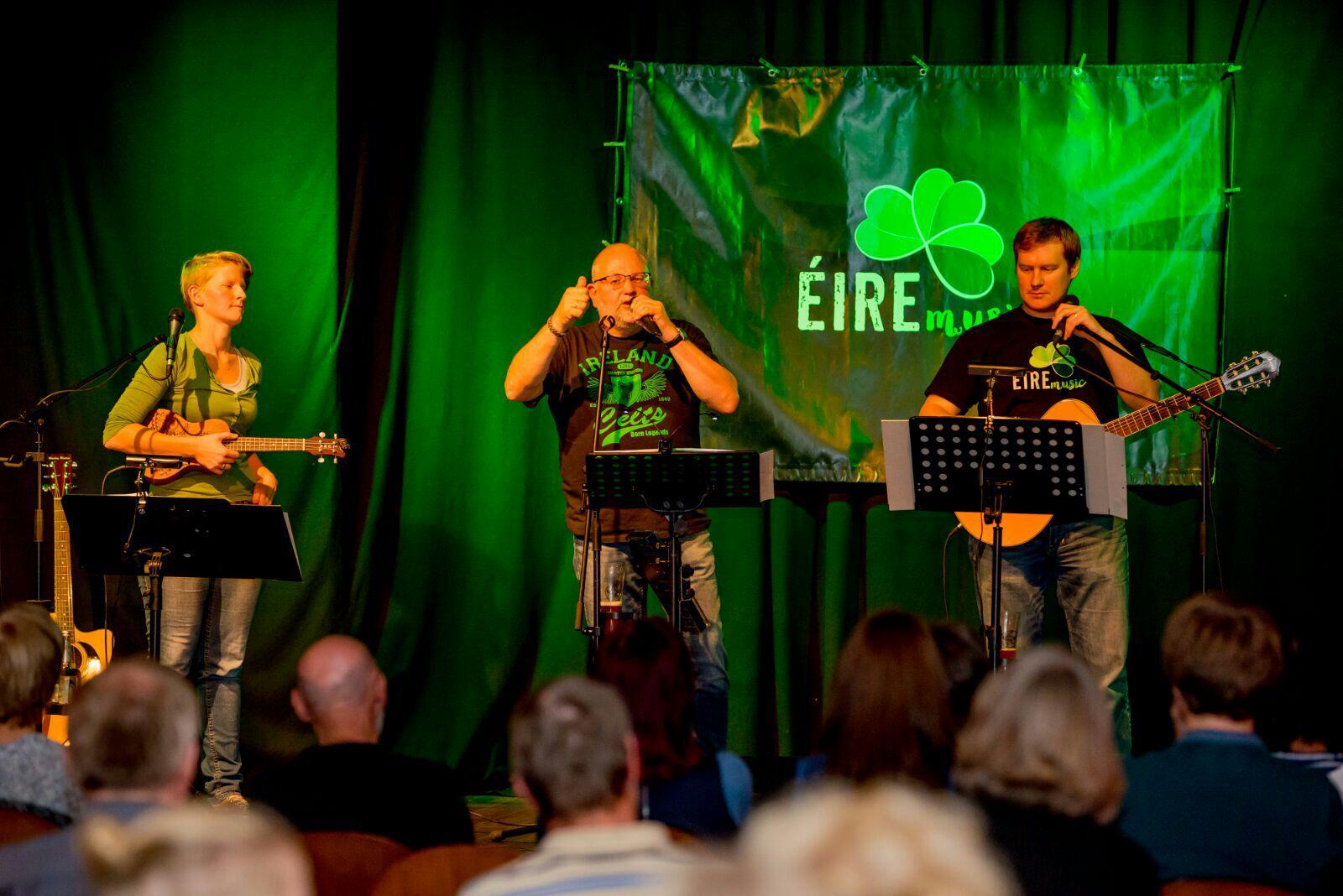 Die Band Éire Musik auf der Bühne
